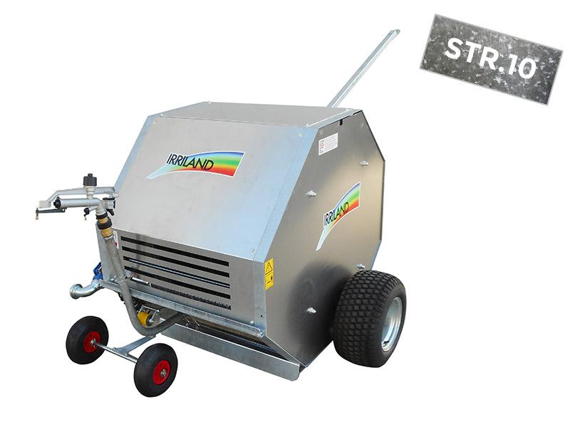 Irrigatore modello serie sport modello 10, composto da un case chiuso con ruote laterali e ruotini anteriosi