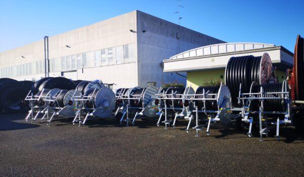 Esterno dell'azienda con esposizione di irrigatori nel piazzale antistante